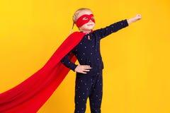一件红色雨衣和面具的超级英雄小女孩 库存图片