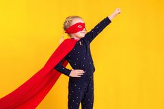 一件红色雨衣和面具的超级英雄小女孩 免版税库存照片