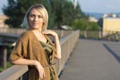 一件美丽的被编织的夹克的孤独的妇女 步行的美丽的妇女 蓝色衣裳时兴的查出的人s毛线衣白色 37企业夫人 专属handicr 图库摄影