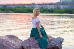 一件美丽的被编织的夹克的孤独的妇女 步行的美丽的妇女 蓝色衣裳时兴的查出的人s毛线衣白色 37企业夫人 专属handicr 库存照片