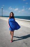 一件蓝色丝绸礼服的迷人的女孩 库存照片