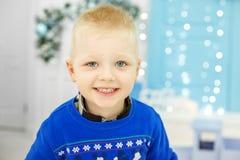 一件蓝色毛线衣的快乐的儿童男孩 概念愉快的圣诞节, N 免版税库存照片