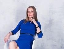 一件蓝色礼服的女商人 图库摄影