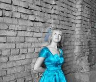 一件蓝色礼服的美丽的女孩 免版税库存照片