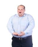 一件蓝色衬衣的肥胖人,唱歌曲 免版税图库摄影