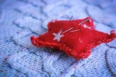 一件软的温暖的自然毛线衣、一种织品与一个被编织的样式和一个针垫的纹理缝合的 平的位置 抽象背景异教徒青绿 免版税库存照片