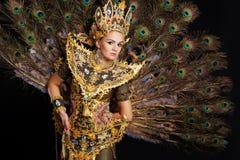 一件金黄礼服的舞蹈演员 库存照片