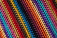 一件镶边多彩多姿的毛线衣的纹理 免版税库存图片