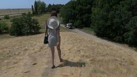一件镶边礼服的少妇去一辆卡车在slo mo 股票视频