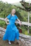 一件长的礼服的妇女在瀑布Soroa, Pinar del里约,古巴附近 免版税库存照片