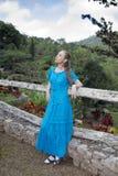 一件长的礼服的妇女在瀑布Soroa, Pinar del里约,古巴附近 库存图片