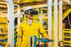 一件黄色工作制服、玻璃和盔甲的年轻女人在产业环境,油使用虚拟现实玻璃 库存图片