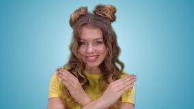 一件黄色衬衣的可爱的少女显示禁止姿态和微笑,当调查照相机时 股票视频