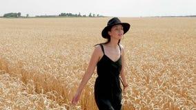 一件黑礼服和帽子的妇女是在领域 股票视频