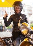一件黑moto盔甲的一名妇女 免版税库存图片