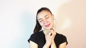一件黑T恤杉的一美丽的少女,在一种浪漫心情,梦想遇见她心爱 股票视频