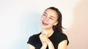 一件黑T恤杉的一美丽的少女,在一种浪漫心情,梦想遇见她心爱 股票录像