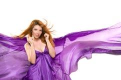一件紫色礼服的红发女孩 免版税库存照片