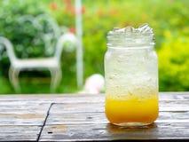 一份新桔子汽水饮料用在葡萄酒样式gla的冰填装了 免版税库存照片