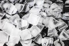 一份特写镜头饮料的冰块在黑背景 免版税库存图片