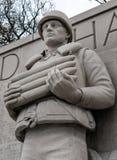 一位下落的美国海军水手的美好的雕塑被看见拿着杂志夹子 免版税库存照片