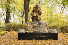 一位下跪的战士的雕塑站点的万人冢  库存图片