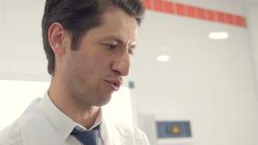 一位专业男性医生的画象在工作 影视素材