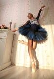 一位专业芭蕾舞女演员的画象太阳光的在家庭内部 芭蕾概念 库存照片