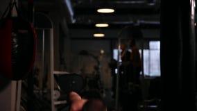 一位专业运动员在健身房执行一重量 股票录像