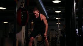 一位专业运动员执行一重量哑铃与左和右手pirsadia 影视素材