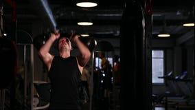 一位专业运动员执行一重量哑铃与pirsedaniem和右手 电路训练 影视素材