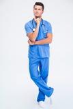 一位体贴的男性医生的全长画象 免版税库存照片