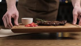 一位侍者在欧洲餐馆在桌发出一份订单 烘烤牛排 影视素材