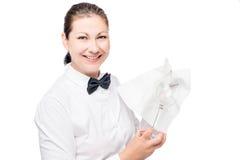 一位侍酒者的画象有玻璃的和器物的一块餐巾 图库摄影