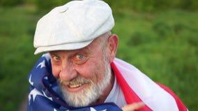 一位农夫的接近的画象从得克萨斯的我们的独立日7月4日 我们在肩膀的旗子,爱国天 ?? 股票视频