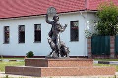 一位农夫的雕塑有硬币的在Lepel,白俄罗斯 图库摄影