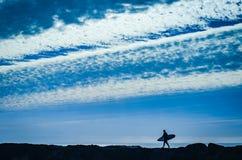 一位冲浪者的剪影由海的在圣克鲁斯,加利福尼亚 免版税库存图片