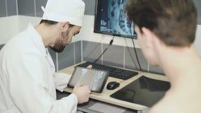 一位医生的咨询有一名患者的在手术以后 股票录像
