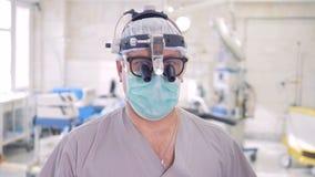 一位医生的特写镜头画象特别手术玻璃的 4K 股票录像