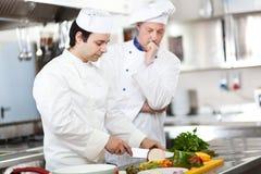 一位厨师的细节在工作 免版税库存图片