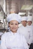 一位厨师的画象在一个工业厨房里 库存图片