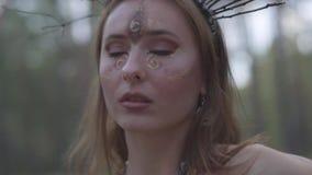 一位可爱的树精或森林神仙的画象有分支花圈的在头的和绘了在的三只眼 影视素材