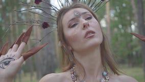 一位可爱的树精或森林神仙的画象有分支花圈的在顶头跳舞的在树下 ?treadled 影视素材