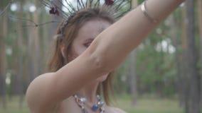 一位可爱的树精或森林神仙的画象有分支花圈的在顶头跳舞的在树下 ?treadled 股票录像