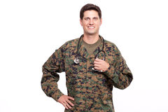 一位可爱的年轻军事医生的画象用在臀部的手 库存图片