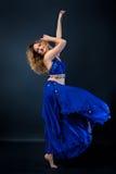 一位壮观的女性舞蹈家的画象,肚皮舞 免版税图库摄影