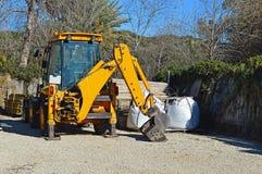 一位大量掘土的挖掘者 库存照片