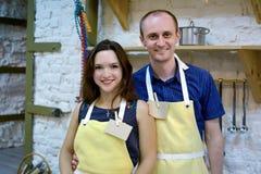 一位夫妇厨师在厨房里 库存照片