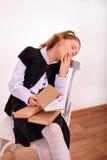 一位女小学生的画象有无兴趣的书的 免版税库存图片