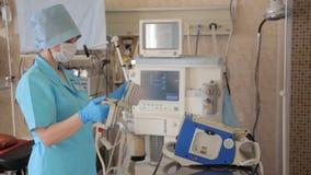 一位女性护士一台去纤颤器为一次外科手术做准备 新的医疗技术 股票视频